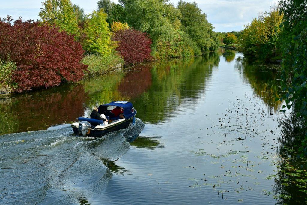 varen met een bootje in het Streekbos